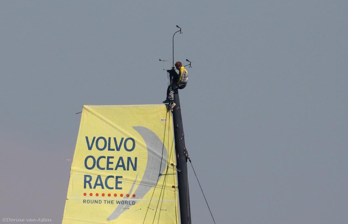 met iemand boven in de mast